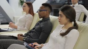 Les gens d'affaires internationaux écoutent attentivement la représentation clips vidéos