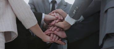 Les gens d'affaires joignent la main ensemble au cours de leur réunion Photographie stock