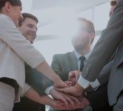 Les gens d'affaires joignent la main ensemble au cours de leur réunion Image libre de droits