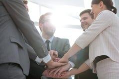 Les gens d'affaires joignent la main ensemble au cours de leur réunion Photos stock