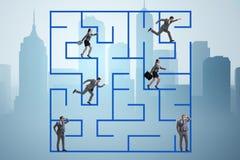 Les gens d'affaires d'obtention ont perdu dans le concept d'incertitude de labyrinthe Photo libre de droits