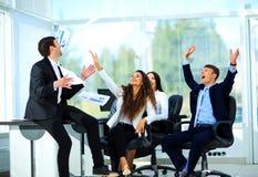 Les gens d'affaires ont excité le sourire heureux Photographie stock libre de droits