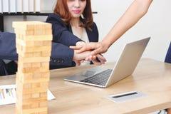 Les gens d'affaires ont joint la main ensemble à s'occuper complet de salutation du bureau Concept de succès et de travail d'équi photos stock