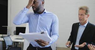 Les gens d'affaires ont le problème discutant les documents, crise dans l'équipe d'hommes d'affaires travaillant ensemble sur la  clips vidéos