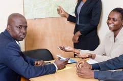 Les gens d'affaires ont souri et ont discuté lors d'une réunion au bureau Photo stock