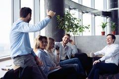 Les gens d'affaires r?ussis sont parlants et souriants pendant la pause-caf? dans le bureau photos libres de droits