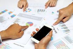 Les gens d'affaires remettent le groupe de travail d'équipe d'analyste pendant la discussion de l'examen financier, graphiques de Images libres de droits