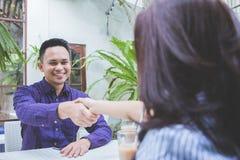 Les gens d'affaires se réunissant dans un coffe font des emplettes et serrent la main Photographie stock