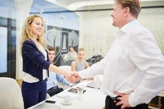 Les gens d'affaires se serrent la main avant une réunion Image libre de droits