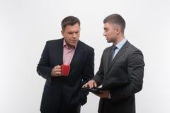 Les gens d'affaires supérieurs et juniors discutent Image stock