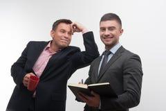 Les gens d'affaires supérieurs et juniors discutent Photographie stock