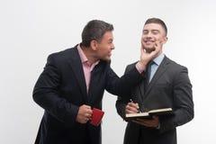 Les gens d'affaires supérieurs et juniors discutent Photo stock