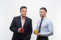 Les gens d'affaires supérieurs et juniors discutent Photos stock
