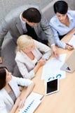Les gens d'affaires tiennent une réunion photographie stock