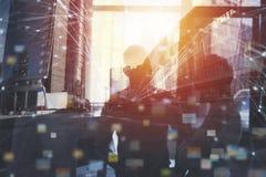 Les gens d'affaires travaillent ensemble dans le bureau avec des effets de réseau Internet Concept de travail d'équipe et d'assoc Image libre de droits