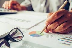 Les gens d'affaires travaillent sur des comptes dans l'esprit d'analyse commerciale image stock