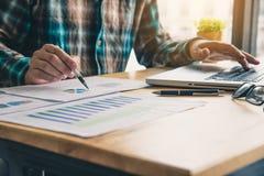 Les gens d'affaires travaillent sur des comptes dans l'esprit d'analyse commerciale image libre de droits