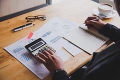 Les gens d'affaires travaillent sur des comptes dans l'esprit d'analyse commerciale photos stock