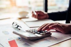 Les gens d'affaires travaillent sur des comptes dans l'esprit d'analyse commerciale images stock