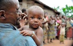 Les gens d'une tribu des pygmées de Baka dans le village du chant ethnique Danse traditionnelle et musique Nov., 2, 2008 VOITURES Photos stock