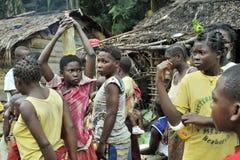 Les gens d'une tribu des pygmées de Baka dans le village du chant ethnique Danse traditionnelle et musique Nov., 2, 2008 VOITURES Image libre de droits