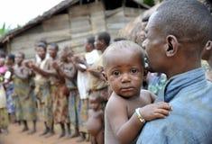 Les gens d'une tribu des pygmées de Baka dans le village du chant ethnique Danse traditionnelle et musique Nov., 2, 2008 VOITURES Images libres de droits