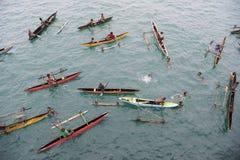 Les gens dans des canoës sur l'océan pacifique images stock