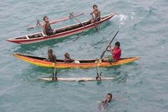 Les gens dans des canoës sur l'océan pacifique photos stock