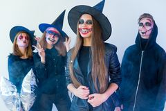 Les gens dans des costumes de Halloween Photos libres de droits