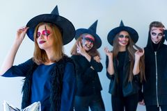 Les gens dans des costumes de Halloween Photographie stock libre de droits