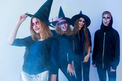 Les gens dans des costumes de Halloween Image libre de droits