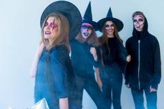 Les gens dans des costumes de Halloween Photographie stock