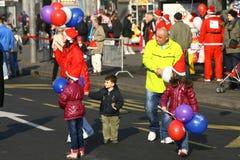 Les gens dans des costumes de Santa Claus participent à la course Photos stock