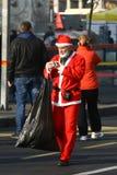 Les gens dans des costumes de Santa Claus participent à la course Image stock