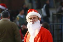 Les gens dans des costumes de Santa Claus participent à la course Images libres de droits