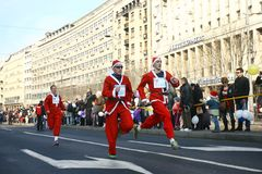 Les gens dans des costumes de Santa Claus participent à la course Photographie stock