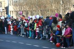 Les gens dans des costumes de Santa Claus participent à la course Photos libres de droits