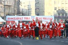 Les gens dans des costumes de Santa Claus participent à la course Images stock