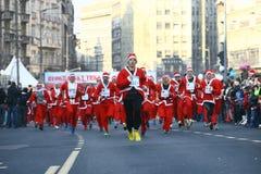 Les gens dans des costumes de Santa Claus participent à la course Photo stock
