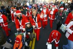 Les gens dans des costumes de Santa Claus participent à la course Image libre de droits