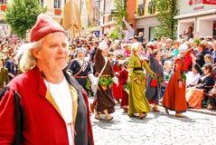 Les gens dans des costumes médiévaux saluent les corwds Photo stock