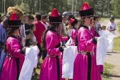 les gens dans des costumes nationaux le jour de la Russie photographie stock libre de droits