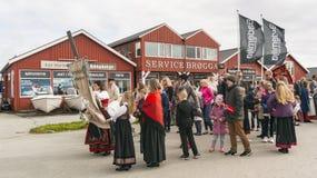 Les gens dans des costumes régionaux norvégiens colorés Images libres de droits
