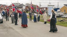 Les gens dans des costumes régionaux norvégiens colorés Photographie stock libre de droits
