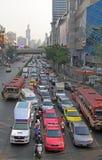 Les gens dans des voitures, autobus et sur des motocyclettes se déplacent, Bangkok, Thaïlande Image libre de droits