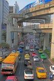 Les gens dans des voitures, autobus et sur des motocyclettes sont déplacement extérieur, Bangkok, Thaïlande Photographie stock libre de droits