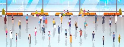 Les gens dans des voyageurs d'aéroport avec des bagages marchant à attendre le terminal de Hall And Departure Lounge To Image stock