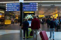 Les gens dans l'aéroport de Schiphol, Amsterdam, Pays-Bas Photographie stock libre de droits