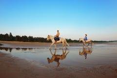 Les gens dans l'amour au coucher du soleil en mer Photographie stock