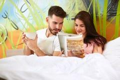 Les gens dans l'amour dans le lit pendant le matin Image libre de droits